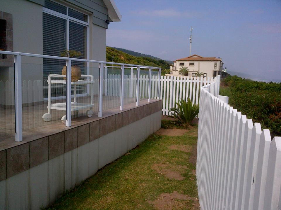 white pciked fence install Glentana